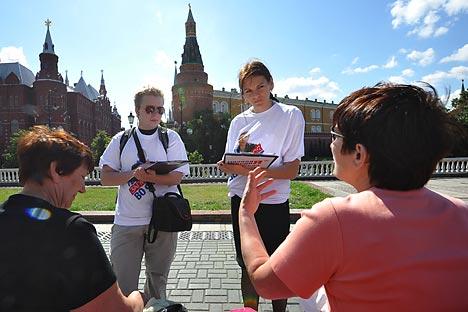 Alcuni sondaggisti intervistano passanti nel centro di Mosca (Foto: Itar-Tass)