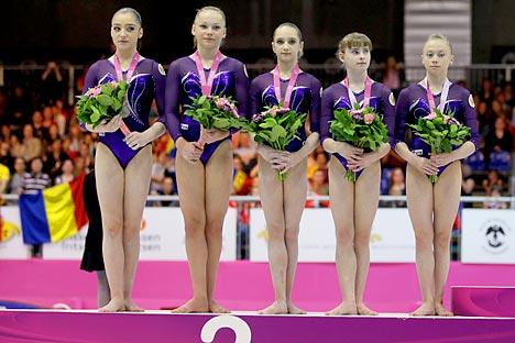 Cerimonia di premiazione dei Campionati Europei di Bruxelles a maggio 2012. Da sinistra a destra, Aliya Mustafina, Mary Passeka, Victoria Komova, Anastasia Grischina, Anastasia Sidorova (Foto: Legion Media)