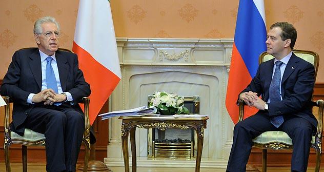Il presidente del Consiglio Mario Monti a colloquio con il primo ministro russo Dmitri Medvedev (Foto: AFP/East News)