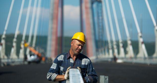 Operai al lavoro per ultimare i preparativi per il summit Apec di settembre 2012 (Foto: AFP / East News)