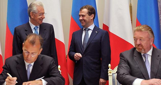 Il tavolo delle firme degli accordi bilaterali Italia-Russia durante la visita di Stato a Mosca del presidente del Consiglio italiano Mario Monti (Foto: Itar-Tass)