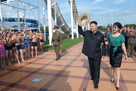 Il leader nordcoreano Kim Jong-un accompagnato da sua moglie, Ri Sol-ju, nella visita a un parco di divertimenti (Foto: Ap)