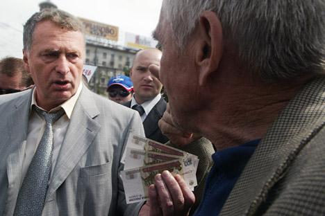 Il Partito Liberal Democratico russo (Ldpr) ha raccolto 127 milioni di rubli (4 milioni di dollari) dopo la riforma relativa alla creazione dei partiti politici. Nella foto: il leader dell'Ldpr Vladimir Zhirinovsky, a sinistra, distribuisce soldi all