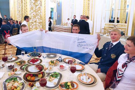 Un momento della cerimonia di saluto tra il Presidente Putin e gli atleti paraolimpici della Nazionale Russa in partenza per Londra 2012 (Foto: Itar-Tass)