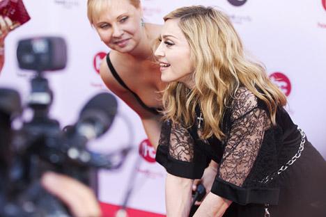Madonna attorniata dalle telecamere durante l'inaugurazione del suo nuovo centro fitness a Mosca (Foto: Ria Novosti / Vitaly Belousov)
