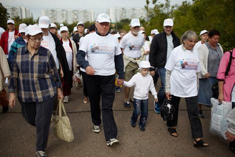 Il cardiologo russo Leo Bokeria, al centro, guida la passeggiata benefica (Foto: Elena Pochetova)