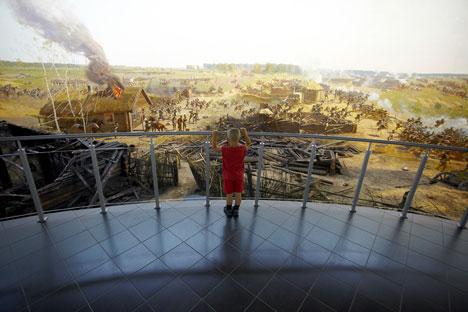 Un bambino ammira la tela di 115 metri di lunghezza e 15 metri di altezza di Franz Roubaud, che celebra un momento di svolta della guerra patriottica del 1812, nel Museo THe Borodino Battle Panorama di Mosca (Foto: Elena Pochetova)
