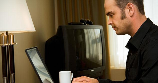 I russi perdono fiducia nel confronti della televisione: molti di loro preferiscono informarsi attraverso Internet e i giornali (Foto: Getty Images)