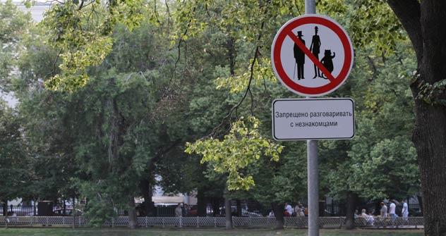 Il bizzarro divieto apparso agli Stagni del Patriarca a Mosca (Foto: Ria Novosti)