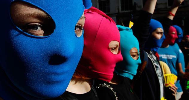 Sostenitori mascherati delle Pussy Riot durante una manifestazione di protesta per la loro scarcerazione (Foto: Reuters/Vostock Photo)