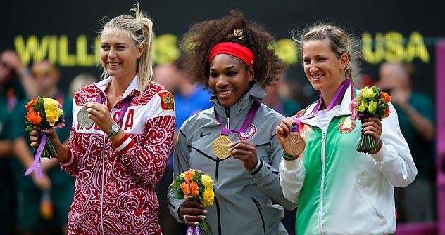 A sinistra, la russa Maria Sharapova con l'argento; al centro Serena Williams con l'oro olimpico; a destra la bielorussa Victoria Azarenka con il bronzo strappato all'altra russa Maria Kirilenko (Foto: Reuters/Vostok Photo)