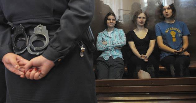 Le tre esponenti delle Pussy Riot in aula di giustizia attendono la sentenza (Foto: Itar-Tass)