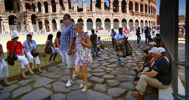 Turisti tra le rovine antiche di Roma in una calda giornata estiva (Foto: Alamy/Legion Media)