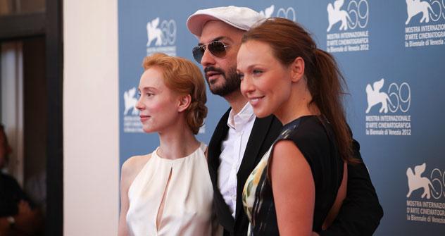 """Il regista Boris Serebrennikov, al centro, con le protagoniste del suo  """"Izmena"""": Franziska Petri, alla sua destra, e Albina Dzhanabaeva (Foto: Anna Casazza)"""