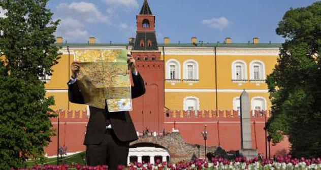 Un turista consulta una mappa di Mosca davanti al Cremlino (Foto: Legion Media)
