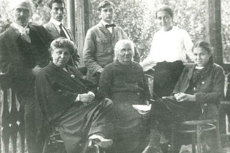 La famiglia Pasternak: Boris è il secondo in alto da sinistra. Lydia è la prima a destra (Foto: PhotoXPress)