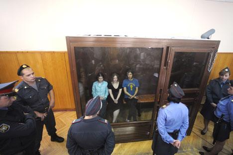 Le tre componenti della punk band Pussy Riot in Aula, in attesa della sentenza (Foto: Ria Novosti)