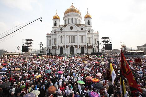 Si accende la polemica a seguito della proposta di legge che vuole inasprire le pene per chi offende i sentimenti religiosi dei russi. Fino ad oggi, la legge prevede una multa di 1.000 rubli (circa 25 euro). Se il provvedimento venisse approvato, si