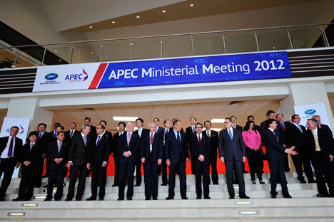 Il ministro russo degli Esteri Sergei Lavrov, al centro, insieme ai colleghi al summit della Comunità Economica Asia-Pacifico (Foto: Itar Tass)