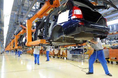 L'assemblamento della Lada Kalina in una fabbrica AvtoVaz (Foto: Itar-Tass)