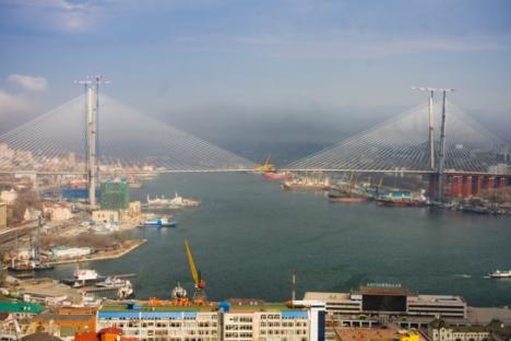 Il ponte sulla Baia del Corno d'Oro offre una connessione affidabile di trasporto tra i distretti di Vladivostok, il sistema autostradale regionale, il collegamento del trasporto urbano nodale e la rete di strade federali del Paese (Foto: Vitaly Rask