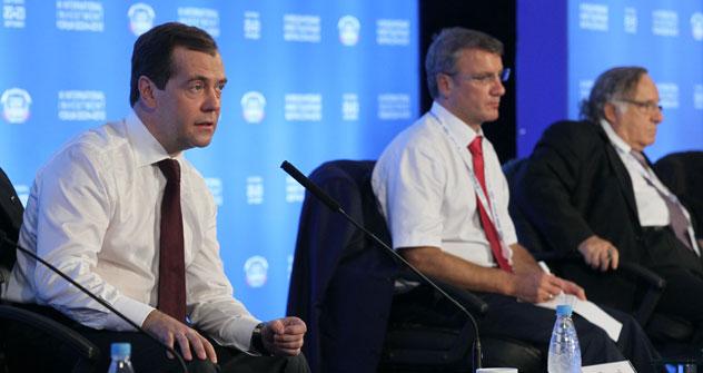 Il premier russo Dmitri Medvedev durante il suo intervento al Forum degli Investimenti a Sochi (Foto: Itar Tass)