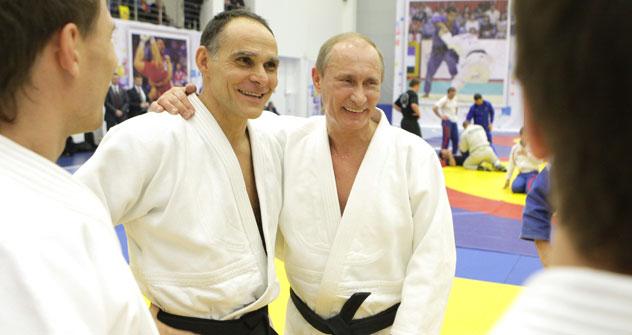 Il ct della nazionale russa Ezio Gamba, insieme al Presidente della Federazione Vladimir Putin, in tenuta da judoka (Foto: Ria Novosti)