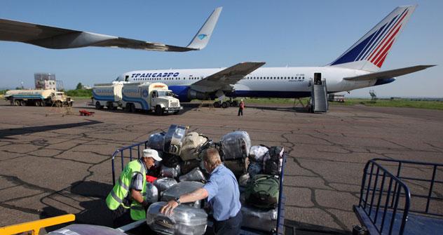 Si caricano i bagagli sui voli verso l'Italia (Foto: Vitaly Ankov / Ria Novosti)
