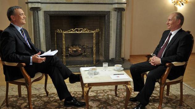 Il Presidente russo Vladimir Putin risponde alle domande di un giornalista durante la prima intervista televisiva rilasciata dopo la vittoria alle presidenziali di marzo 2012 (Foto: kremlin.ru)