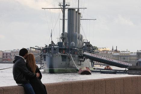 L'equipaggio militare ha lasciato lo storico incrociatore Aurora, che ora sarà definitivamente convertito in museo (Foto: Itar-Tass)