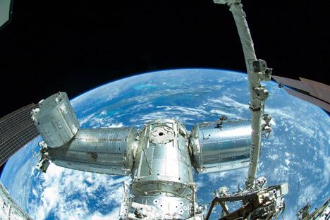 Sono sempre di più i residui dell'attività tecnologica spaziale che restano in orbita: frammenti che potrebbero costituire una minaccia per i dispositivi che si trovano nelle vicinanze (Foto: AP)