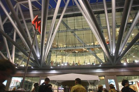 """Oltre 140mila persone: questa la media di visitatori che ogni giorno entrano all'""""Evropejskij"""", il centro commerciale più visitato di Mosca e di tutta la Russia (Foto: Kommersant)"""