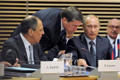 Nella foto, da sinistra a destra, il ministro degli Esteri russo, Sergei Lavrov, il vice presidente russo, Yuri Ushakov, e il Presidente della Federazione Russa, Vladimir Putin (Foto: Kommersant)