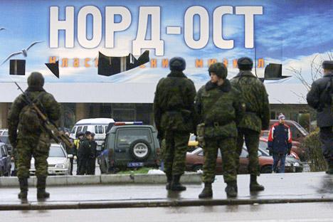 """Oltre novecento persone vennero tenute in ostaggio dai terroristi all'interno del Teatro Dubrovka di Mosca durante la rappresentazione del musical """"Nord Ost"""". Dopo tre giorni di trattative, le forze speciali russe fecero irruzione per liberare gli os"""