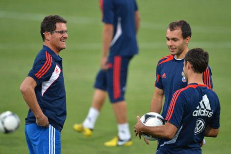 Fabio Capello indossa la divisa della Nazionale di calcio russa durante gli allenamenti (Foto: Ria Novosti)