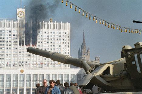Carri armati davanti alla sede del parlamento russo in quei giorni di ottobre del 1993 che segnarono la storia politica del Paese (Foto: Itar Tass)