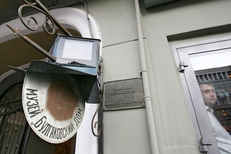 L'insegna all'ingresso del Museo Bulgakov a Mosca (Foto: Itar-Tass)