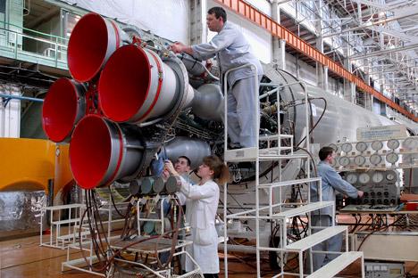 Tecnici al lavoro per la messa a punto di un razzo nel Centro per il Progresso Spaziale (Foto: Itar-Tass)