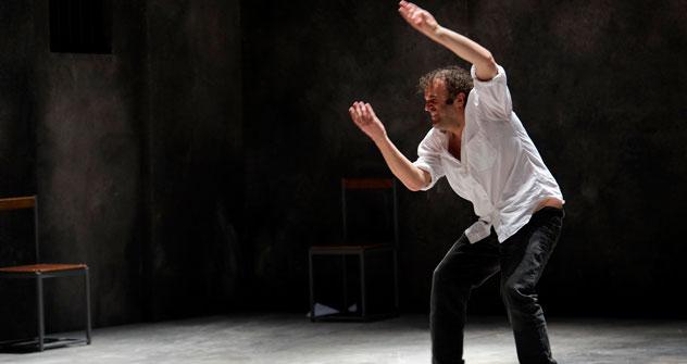 """L'autore-regista teatrale Pippo Delbono sul palco, mentre interpreta i suoi """"Racconti di giugno"""" (Foto: Ufficio stampa del Teatro """"Na Strastnom"""")"""
