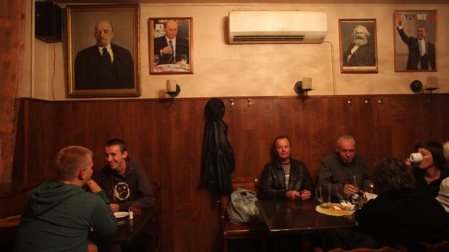 Le ryumochnye, atmosfera da pub londinese e cibo della cucina tradizionale russa (Foto: Kommersant)