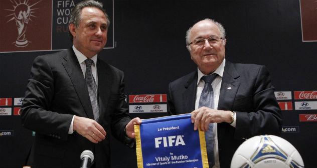 Il presidente della Fifa Joseph Blatter insieme al ministro russo dello Sport Vitaly Mutko, durante la cerimonia di ufficializzazione delle undici città che ospiteranno i Mondiali del 2018 nella Federazione (Foto: Reuters)
