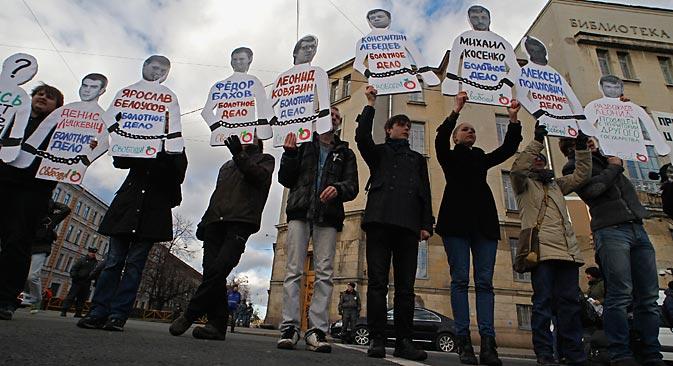 La catena umana dell'opposizione nel centro di Mosca per chiedere il rilascio dei manifestanti arrestati il 6 maggio 2012 (Foto: Reuters/Vostock Photo)