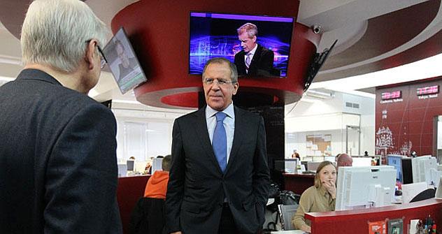 """Il ministro degli Esteri russo Sergei Lavrov in visita alla redazione di """"Rossiyskaya Gazeta"""" e del network internazionale """"Russia Beyond the Headlines"""", di cui """"Russia Oggi"""" fa parte (Foto: Sergey Kuksin / Rossiyskaya Gazeta)"""