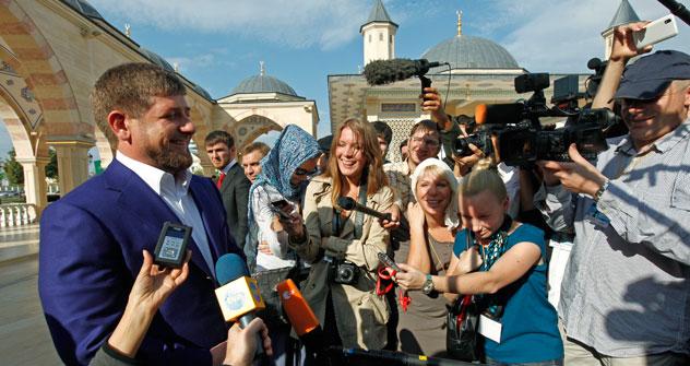 Nel giorno del compleanno del presidente Ramzan Kadyrov, a sinistra, Grozny ha celebrato il Giorno della Città (Foto: Itar-Tass)