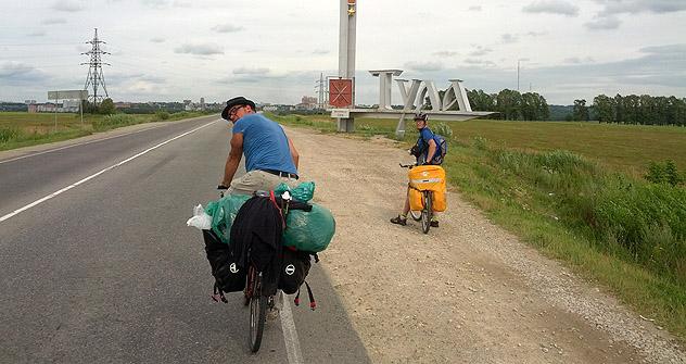 Un mercatino improvvisato lungo il percorso compiuto dai tre avventurieri in bicicletta (Foto: Moritz Gathman)