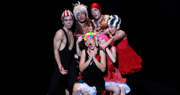 """La compagnia Artemis Danza di Parma sul palco con lo spettacolo """"I Bislacchi"""", per la regia di Monica Casadei (Foto: ufficio stampa)"""