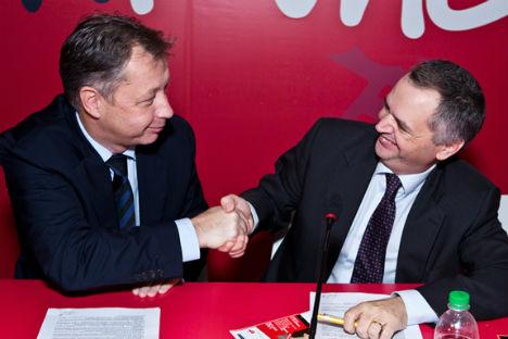 Il direttore del Fondo Russo per il Cinema, Sergei Tolstikov (a sinistra) stringe la mano al  direttore generale per il Cinema del Ministero italiano dei Beni Culturali, Nicola Borrelli (Foto: Ufficio Stampa)
