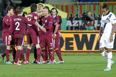 I giocatori del Rubin Kazan festeggiano il goal durante il match con l'Inter (Foto: Maksim Bogodvid / Ria Novosti)