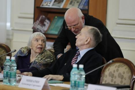 Ludmila Alexeyeva, a capo dell'organizzazione russa per i diritti umani Moscow Helsinki Group (a sinistra), e Mikhail Fedotov, capo del Consiglio Presidenziale per i Diritti Civili (al centro), durante una riunione (Foto: Itar-Tass)