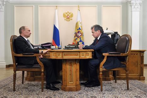Il Presidente della Federazione Russa Vladimir Putin a colloquio con il neoministro della Difesa Sergei Shoigu (Foto: Itar-Tass)